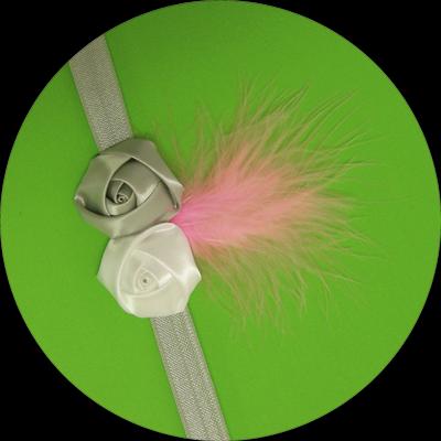 Βρεφική κορδέλα μαλλιών γκρι λευκά σατέν λουλούδι με ροζ φτερό